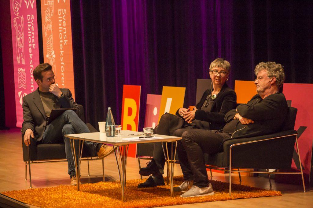 """Kim Salomon och Annika Olsson samtalar om """"intellektuella"""" med Magnus Bremmer på Biblioteksdagarna i Växjö."""